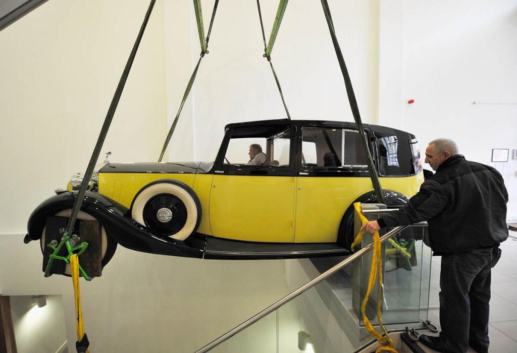 Goldfingers Rolls-Royce Phantom III løftes på plads | Foto © London Film Museum