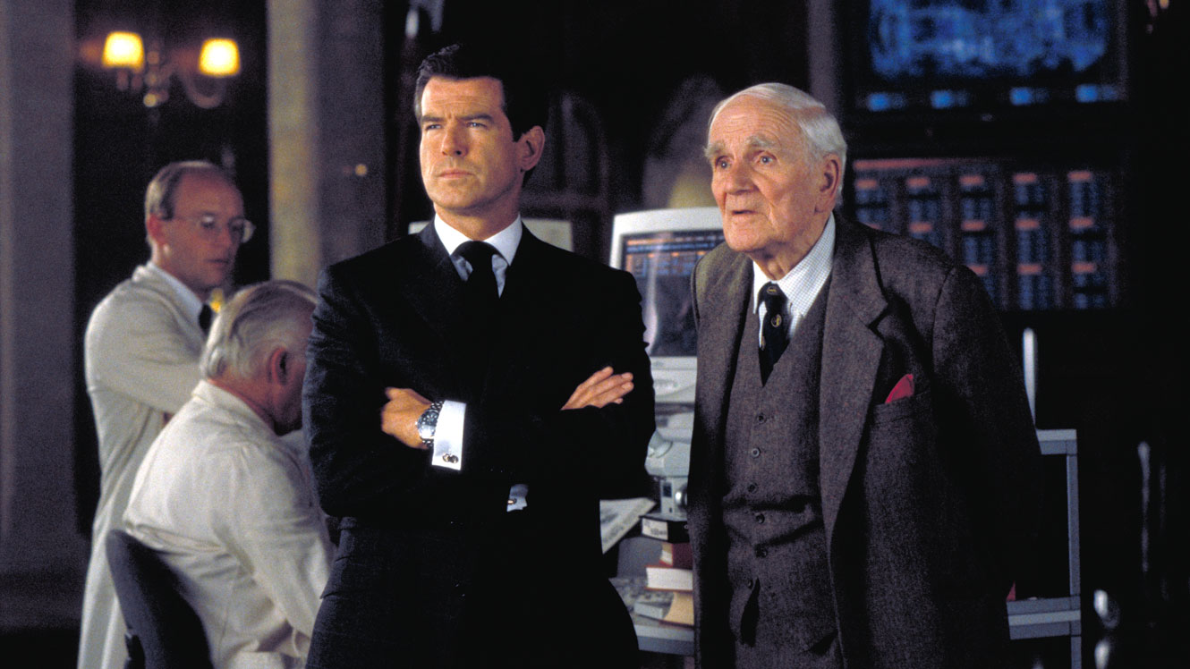 "Pierce Brosnan & Desmond Llewelyn, ""The World is Not Enough"" (1989). © EON/Danjaq"