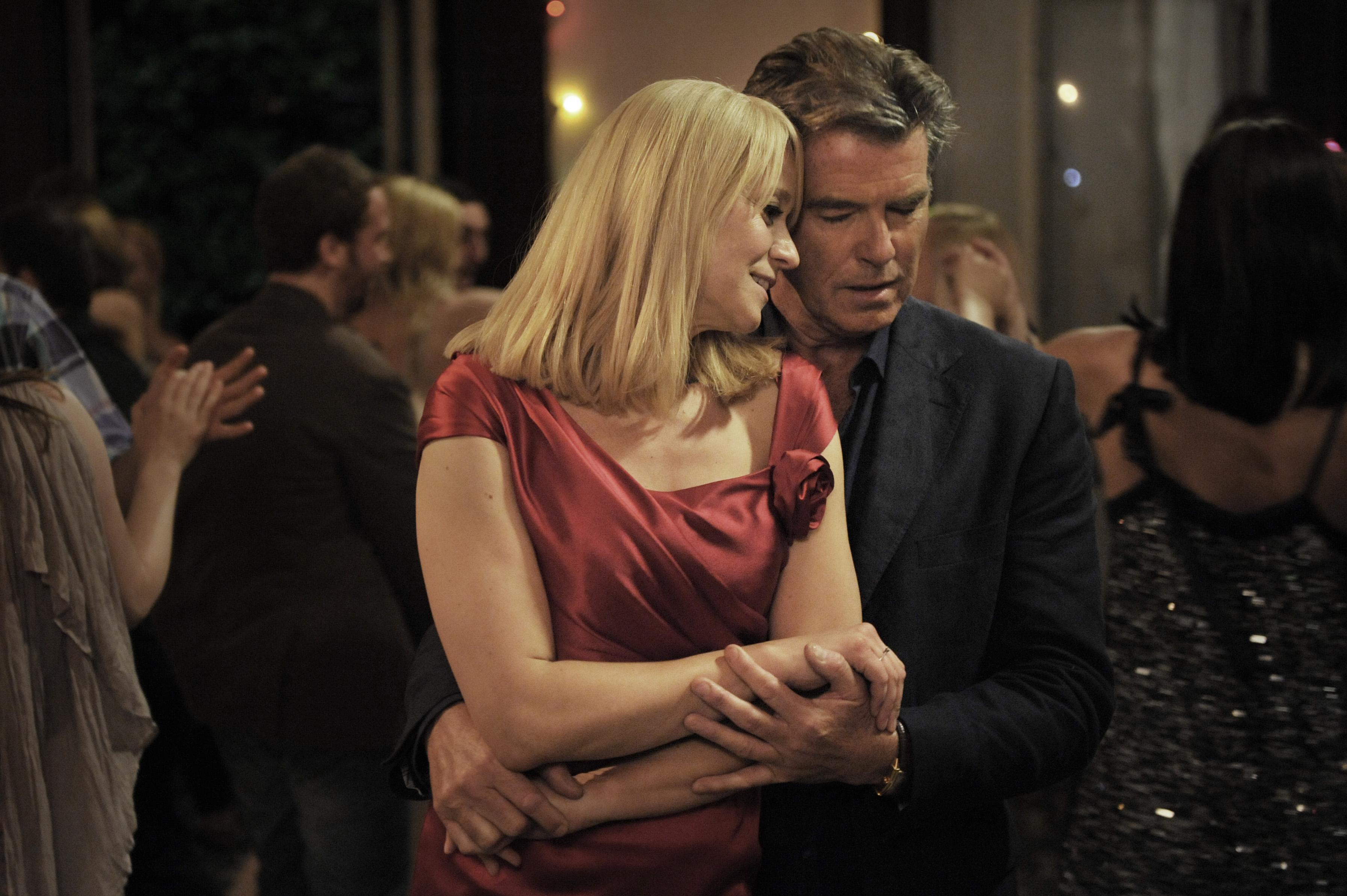 """Trine Dyrholm og Pierce Brosnan i """"Den skaldede frisør"""""""