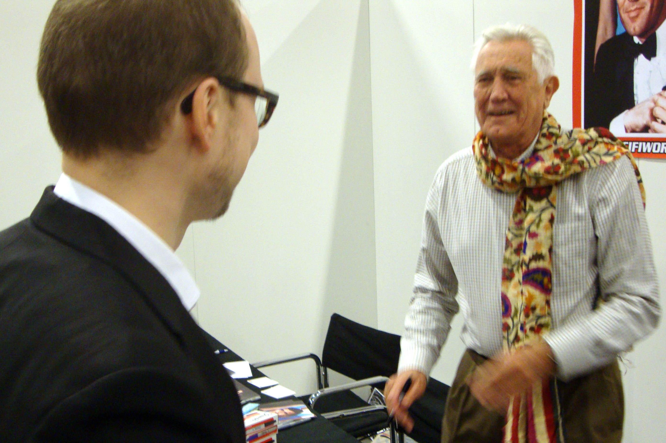 Brie møder George Lazenby på SciFiWorld, Malmö 2014.