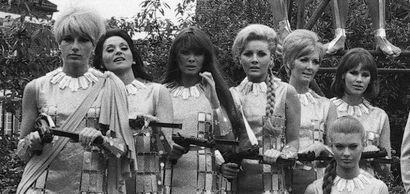 """Caroline Munro (nr. 3 fra venstre) med pigerne fra """"Casino Royale"""" (1967)"""